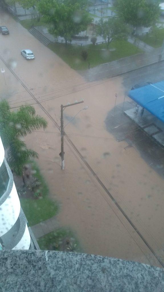 Minha rua... chuva... e mais chuva... eu vi um barquinho nesse rio?