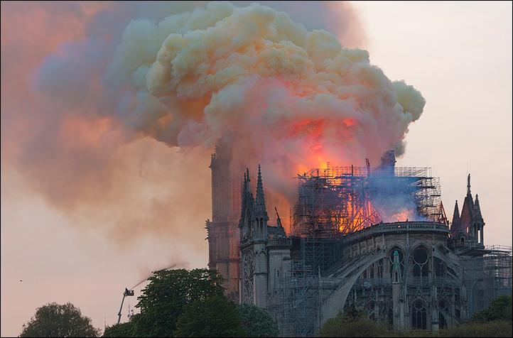 Um trágico incêndio destrói a Catedral de Notre Dame de Paris