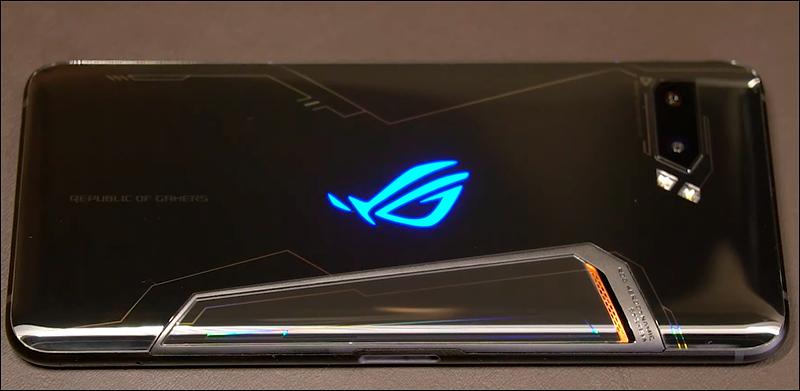 O ROG Phone 2 tem um LED com sua marca e um dissipador de calor incorporados à sua traseira