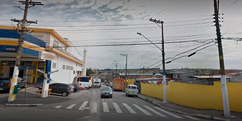 Uma rua movimentada, mas com uma faixa de pedestres normalmente respeitada pelos motoristas