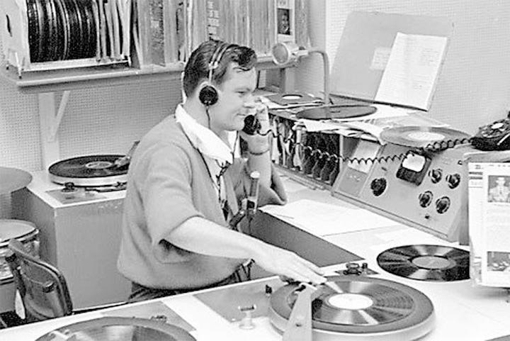 Antigamente, a receita de sucesso para uma música era estar nas rádios constantemente