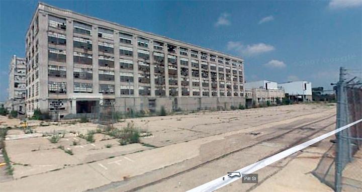Em meio à crise de 2008, a antiga fábrica fechada espera um verdadeiro choque cultural