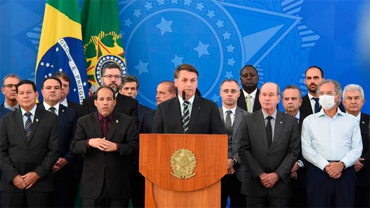 Bolsonaro durante seu pronunciamento... todo mundo juntinho durante a quarentena
